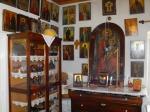 Dulapul cu lucrurile personale si comoda pe care Sfantul Nectarie avea candela si icoane.